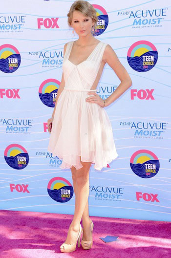 Taylor Swift Photos & Outfits